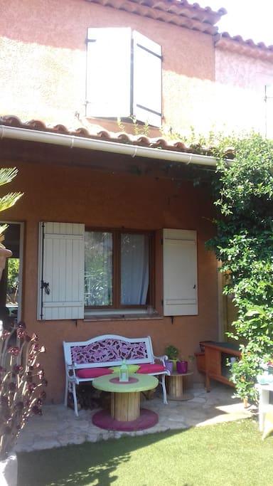 jolie petite maison mitoyenne sur un étage où il fait bon vivre située à 15 mn de la mer....et 40 mn de la montagne...