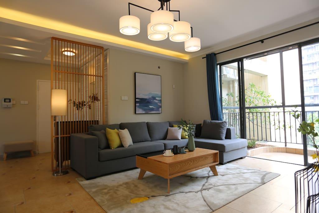 大气漂亮的客厅,直出一个十平方的大阳台,南背通透风很大舒服