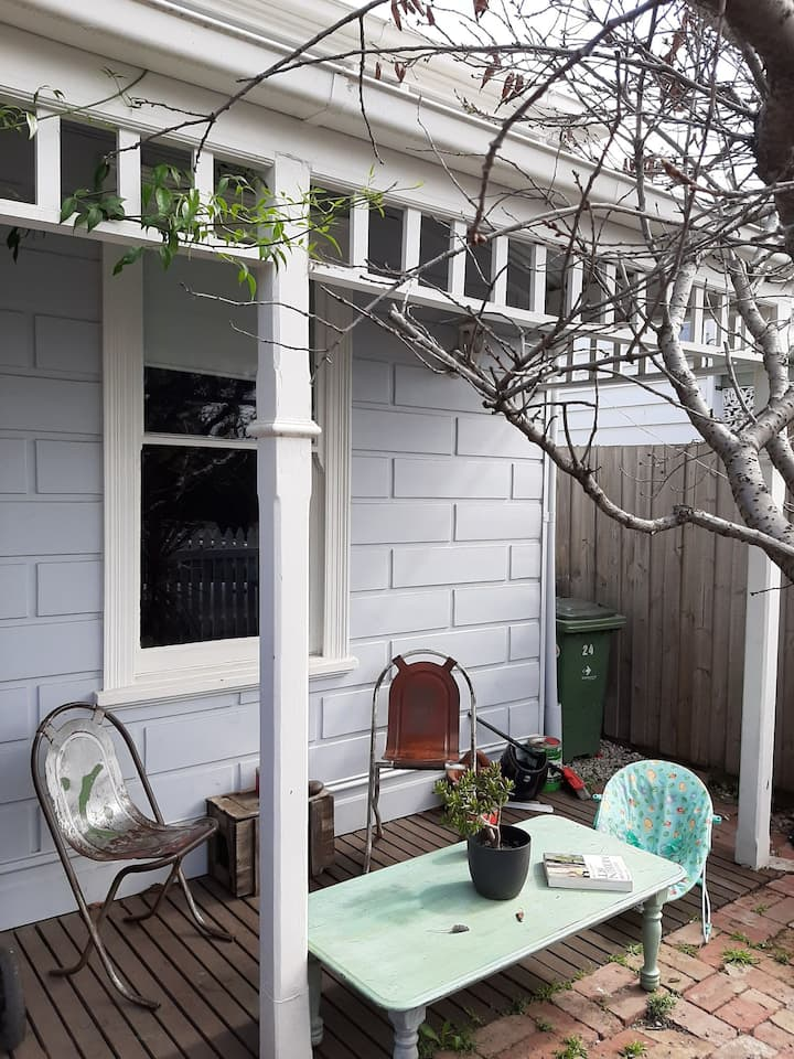 Beautiful cottage close to cafes, shops and parks