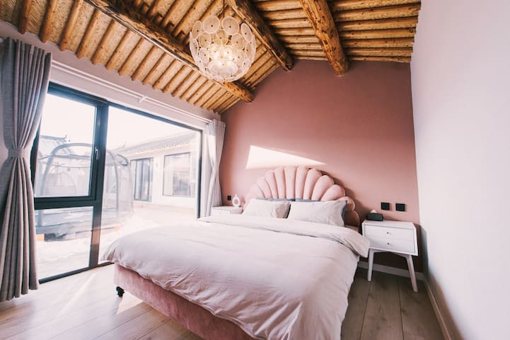 在东房,粉色系列,房子里有电视,床品一客一换。