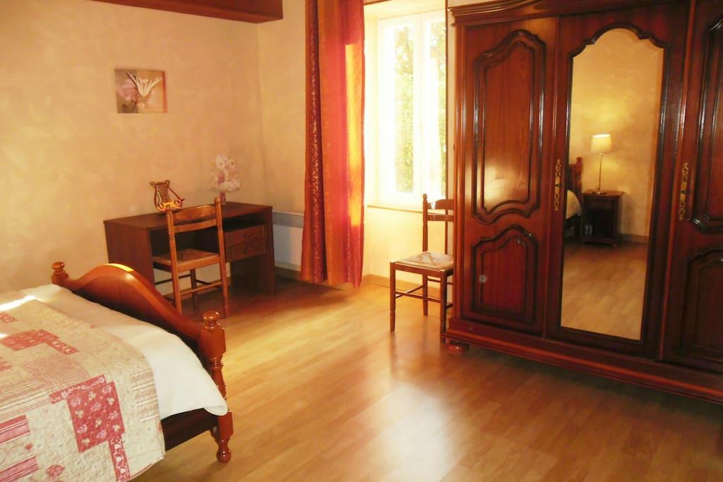 chambre en bas grand lit