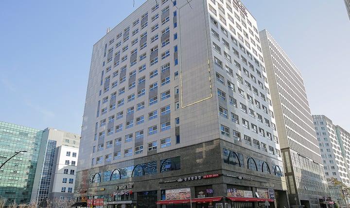 김포공항 10분, 이대 병원 및 식당 쇼핑  5분, 장기 및 출장 투숙객 문의.