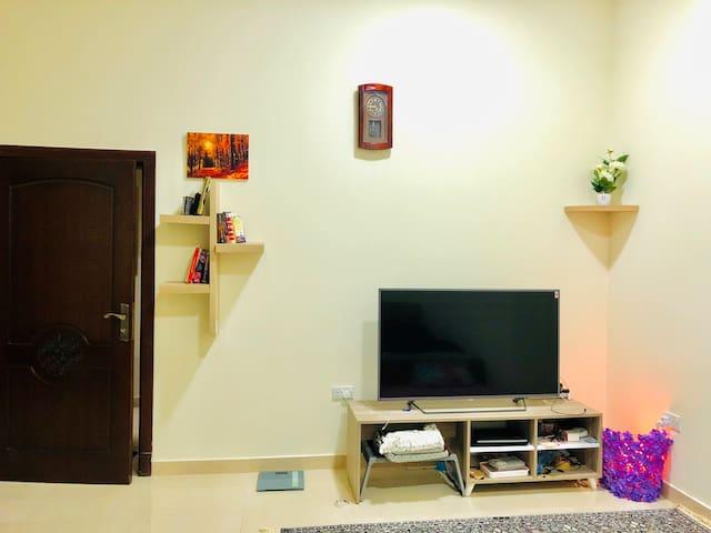 Studio flat/bedroom w washroom, separate kitchen