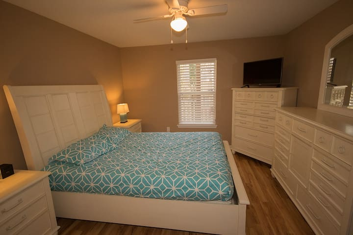 Zen Bedroom, Private Bath, Walk to Restaurants - Raleigh