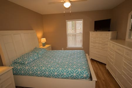 Zen Bedroom, Private Bath, Walk to Restaurants - Raleigh - Condominio