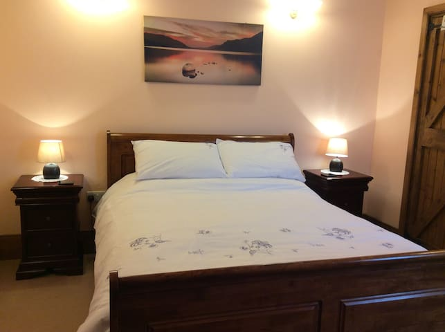 King size sleigh bed in the bedroom