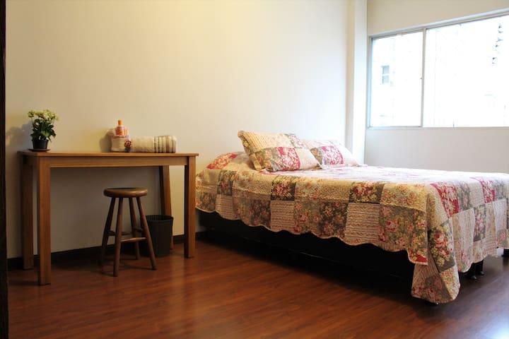 Quarto cama Queen na Savassi SOMENTE p/ MULHERES