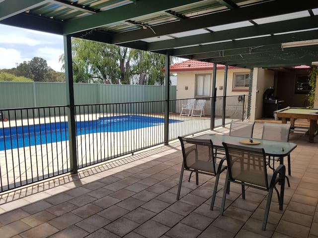 Adelaide family Home  heated Swimming pool  for 10