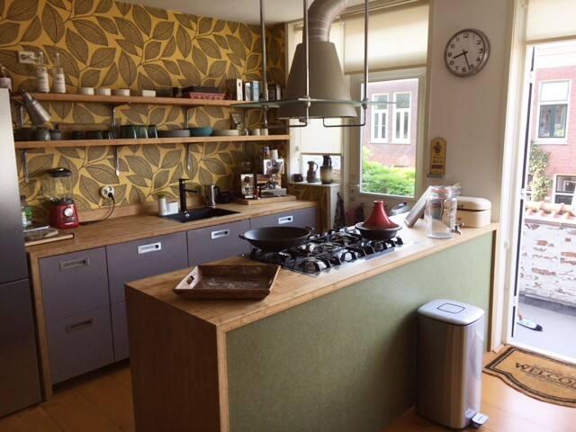 Moderne keuken met groot fornuis