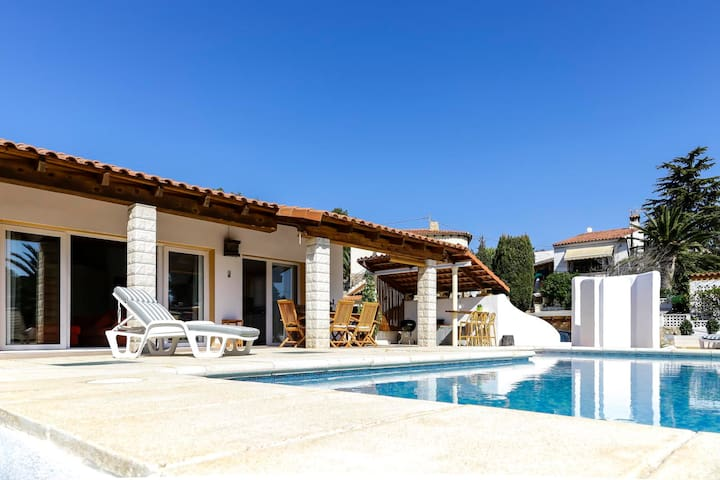 CHARMING VILLA WITH PRIVATE POOL IN CALPE