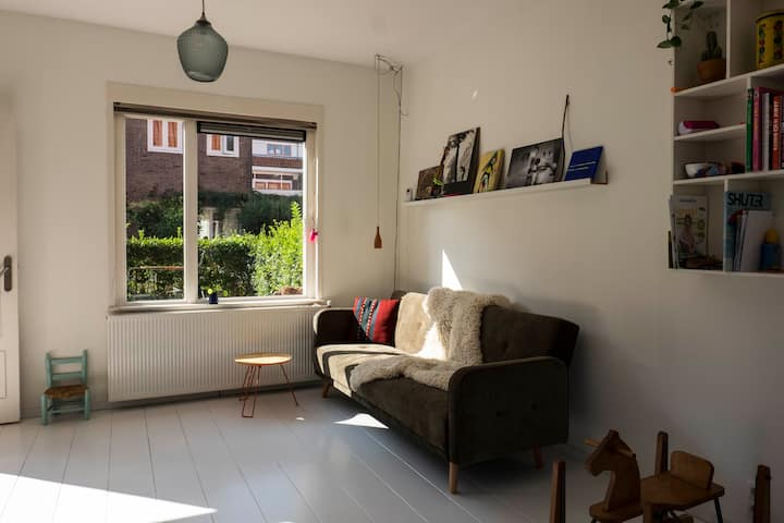 Light family home with garden & free parking