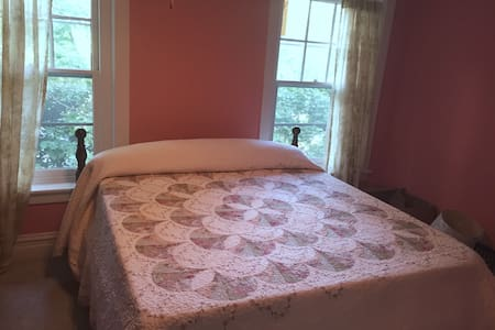 Large Room, King Bed, 100 yr old Victorian House - Bethlehem - Ház
