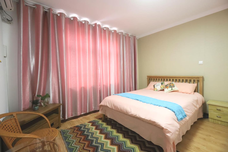 勿忘我~  双人床标间,可住同行的2人,有独立卫生间,空调。