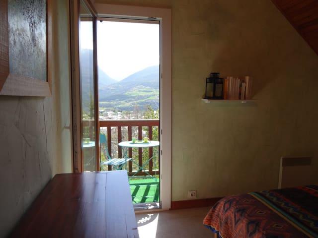 vue sur la vallée depuis la chambre avec lit double avec balcon