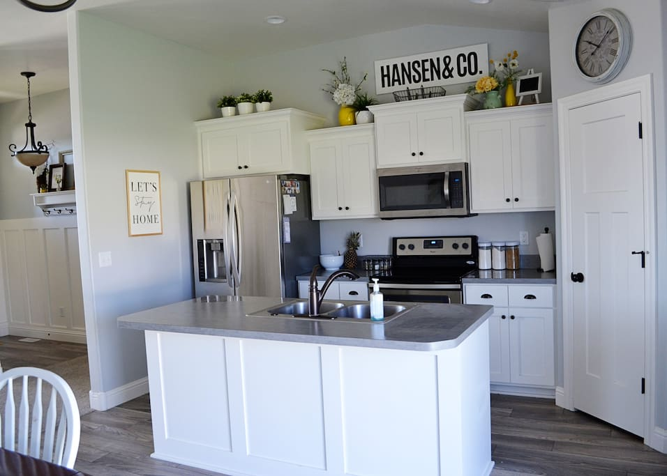 Stainless steel appliances, great kitchen for cooking and entertaining