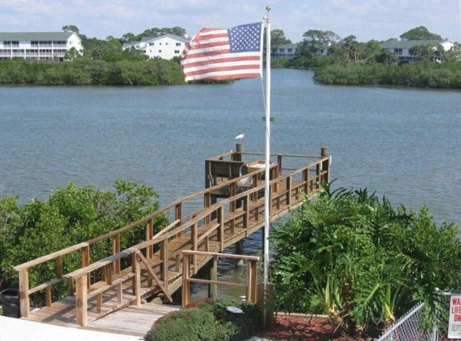 Private fishing pier - enjoy the sunrise with your coffee here!