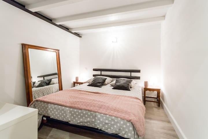 chambre 1 lit double linge de maison fourni