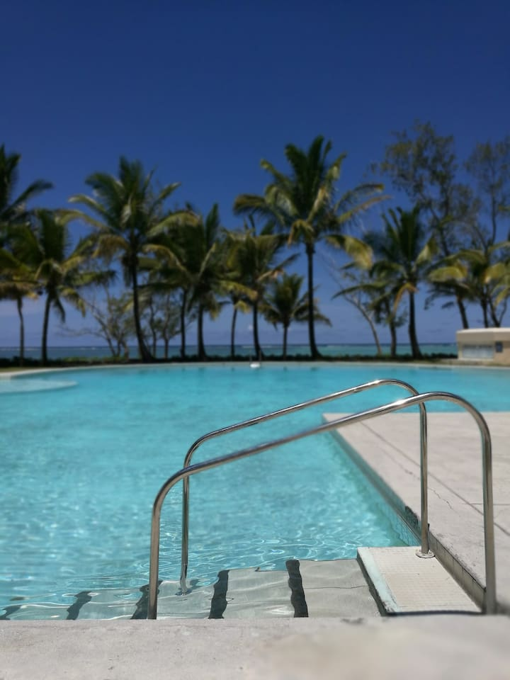 An immense common swimming pool with a children/baby zone with a superb view giving a feeling of the ocean when dip into it