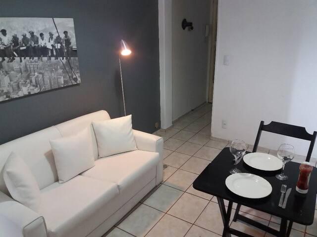 Charmoso apartamento. Ótima localização! Smart TV.