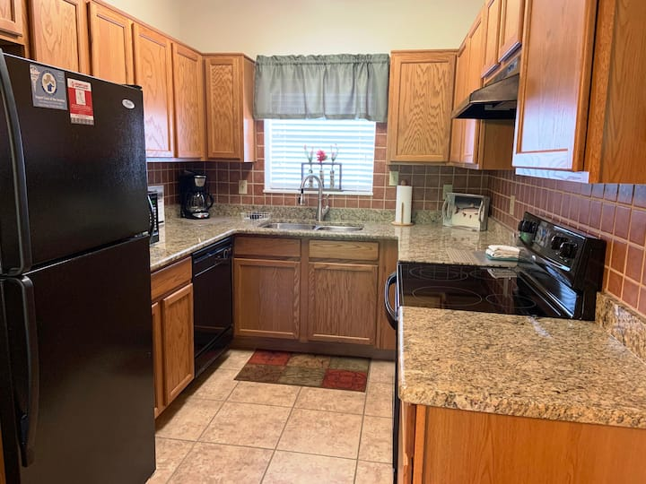 SUPER CLEAN -Sleeps 6-2BR,Granite, Hardwood, 4 Recliners,Pool OPEN