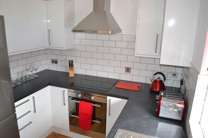 Induction hob, double oven and extractor.