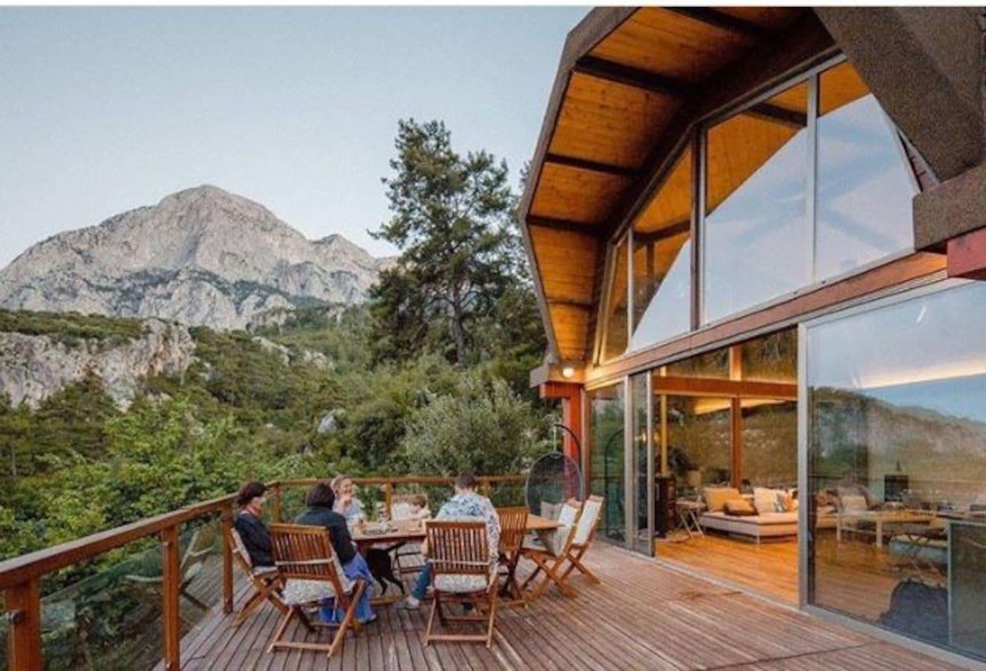 Evin ortak kullanıma açık terası