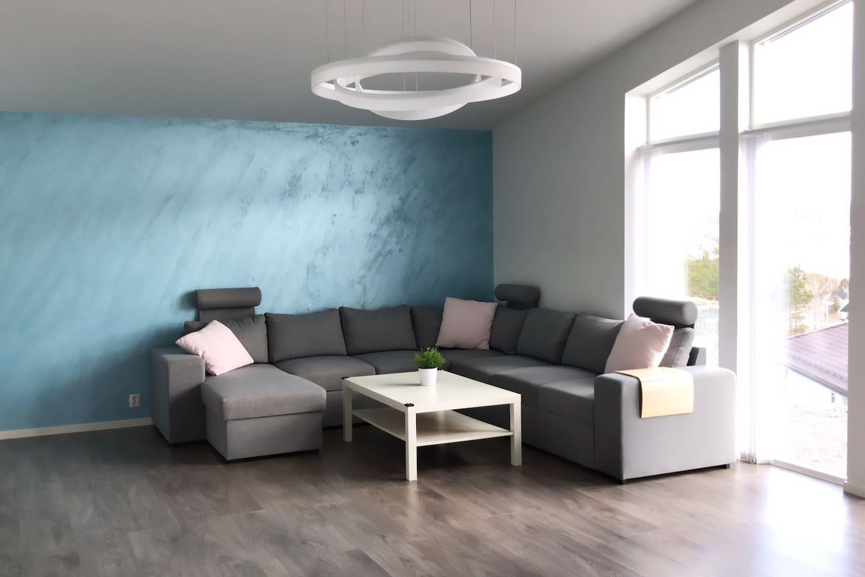 I stuen er det en stor sovesofa med plass til minst  2 personer.