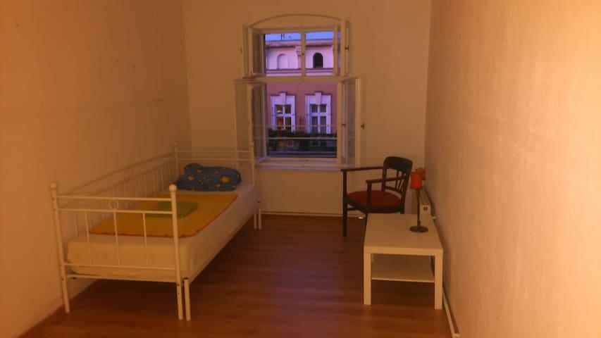 Zimmer Nähe Mauerpark/Schönhauser Allee mit Katze