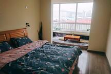 一米八的双人大床,卧室有单独卫生间和塌塌米,住着很舒服