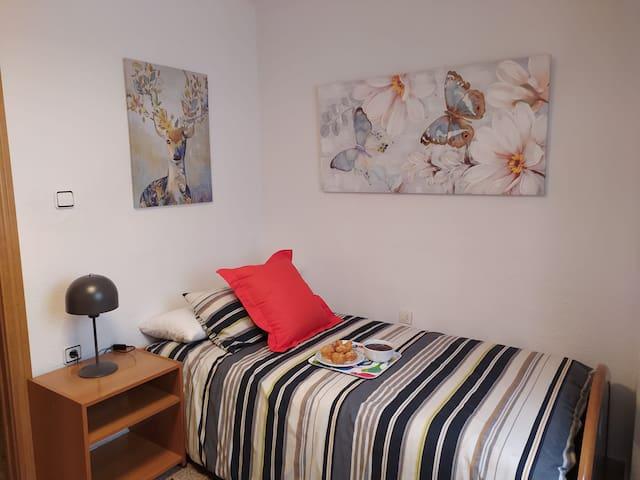 Habitación individual con cama individual cómoda y apacible