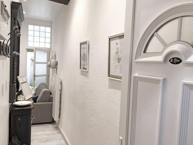 L'entrée de l'appartement (the entrance to the apartment)