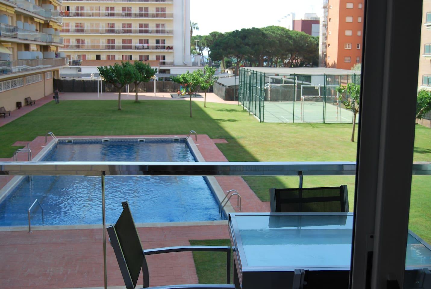 Balcon con vistas a la piscina