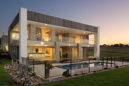 Ocean Breeze, stunning home with solar-heated pool