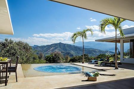 Villa con vista espectacular en el mejor clima - La Mesa - วิลล่า