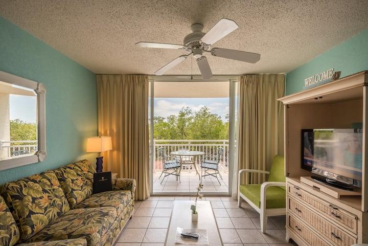 Sunny condo w/ private balcony, shared pool & hot tub, tennis, 1 dog ok