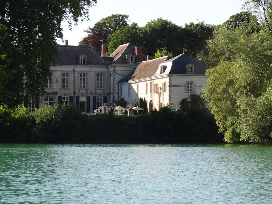 Le cottage du ch teau g te houses for rent in juvigny for Canape lake park
