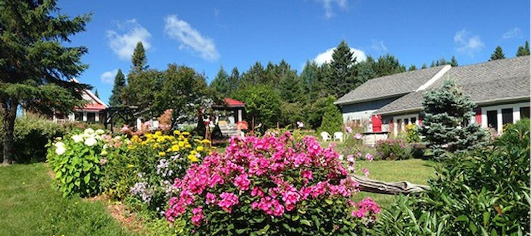 Aux jardins des Trois Maisons/Déj.inclus - Gîte