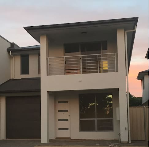 Modern townhouse right near Flinders