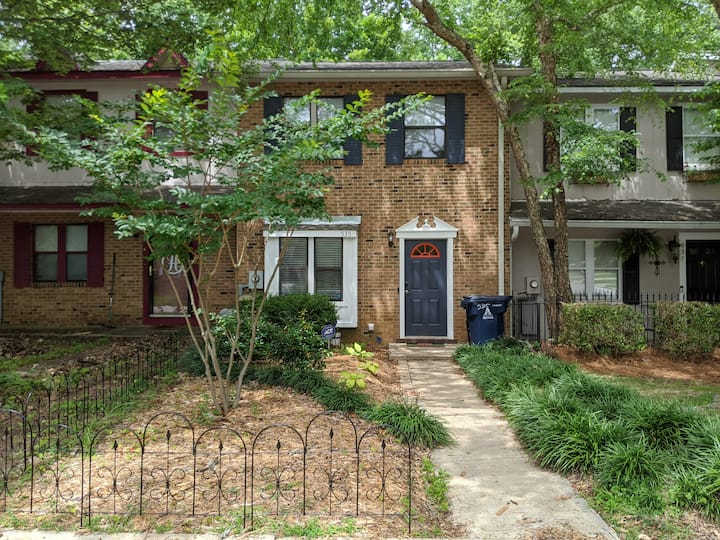 Pet friendly, townhome close to campus & downtown
