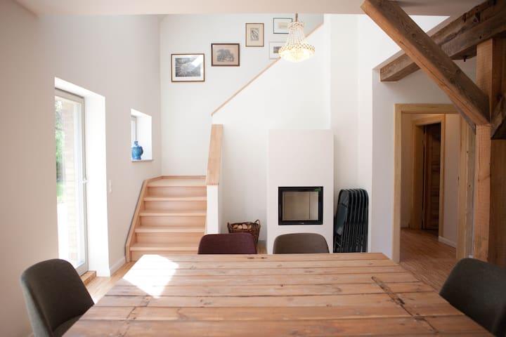 Arbeitstisch, Treppe & Kamin