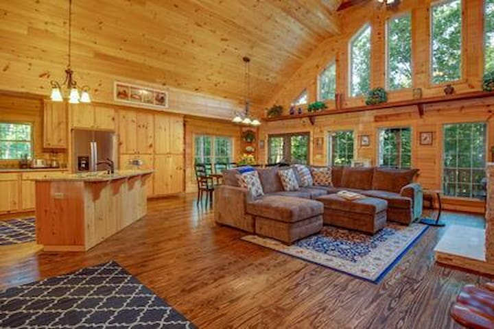 Stunning New Log Home sleeps 11 on 10 quiet acres