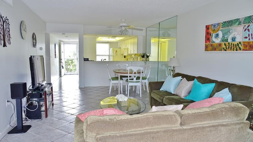 Walk to the Beach and Local Attractions  from this cozy Island Condo !