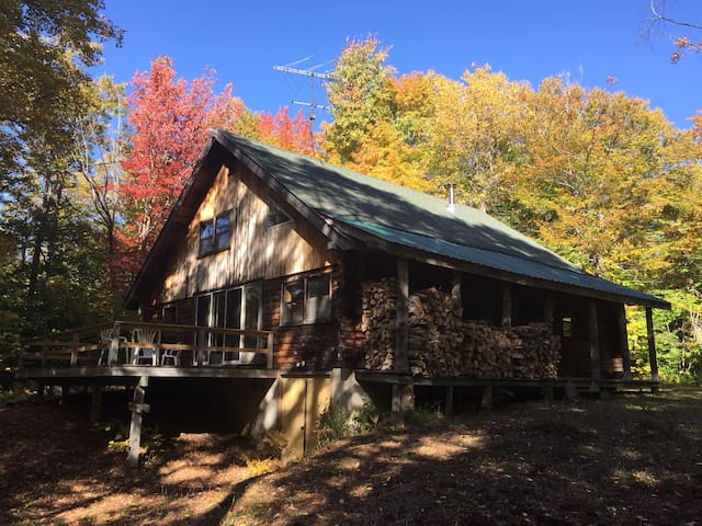 Quaint 4 Season Log Cabin - Mount Holly - กระท่อม