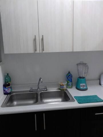 Lavadero y área de cocina.