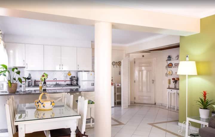 Apartamento de férias 'Tyler' com Wi-Fi, Jardim, Terraços, Ar Condicionado e Piscina Partilhada; Estacionamento disponível na rua