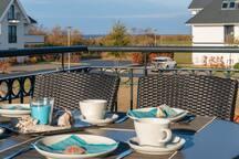 Auf dem Balkon Essen mit Blick aufs Meer.