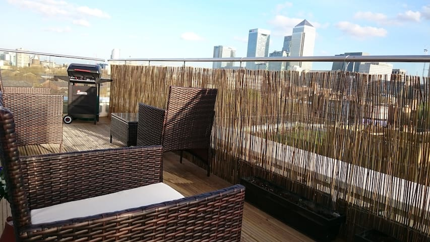 Double bedroom with private bathroom and balcony - London - Apartment
