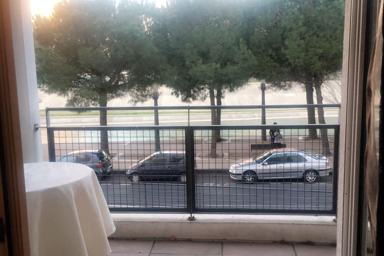 Profitez d'une terrasse avec vue sur les berges du Lez