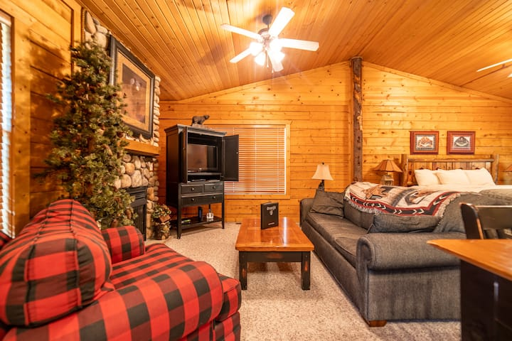 Romantic King Bed Cabin - Fireplace, Whirlpool Tub
