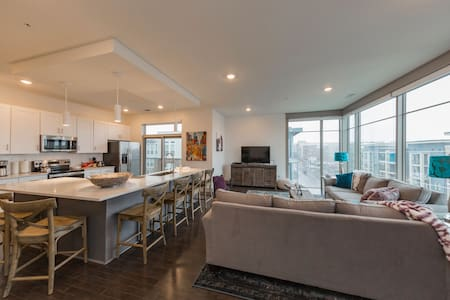 8th South Modern Condo • Perfect Location and View